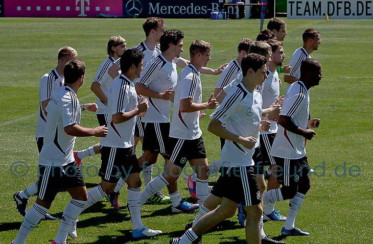 Weltmeister Fußballer Mats Hummels und Andreas Möller auf dem Weg zur Krönung zum WM 2014 Titel. Weltmeister Fotos von Fotograf in Düsseldorf Robert Freund mit Fotostudio Duesseldorf.