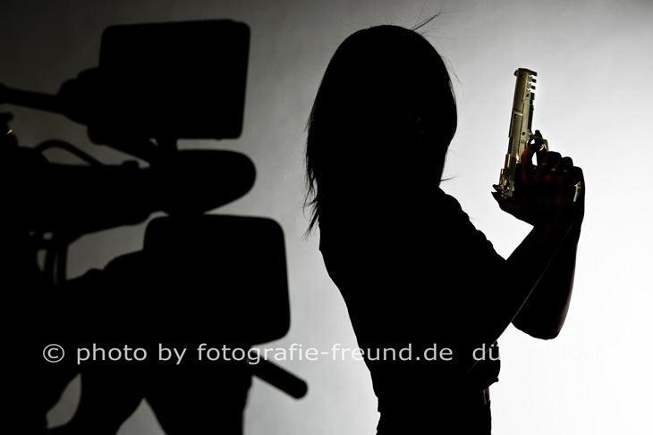 James Bond Girl Fotoshooting im Fotostudio Düsseldorf von Fotograf Robert Freund in der Landeshauptstadt NRW.