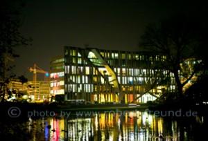 Das Duesseldorf Foto zeigt die Stadt bei Nacht. Auf dem Foto ist der Kö Bogen von Star Architekt Daniel Libeskind aus New York zu sehen. Der Kö Bogen beherbergt internationale Firmen wie Porsche, Breunninger und Apple und liegt im Herzen der Stadt Düsseldorf auf der Königsallee.